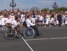Clipul zilei: Macron a jucat tenis din scaunul cu rotile. Care a fost motivul