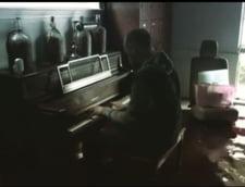 Clipul zilei: Un barbat canta la pian, in casa distrusa de uragan, in care lucrurile plutesc
