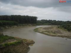 Cod galben de inundatii pe rauri din 11 judete, pana marti dimineata