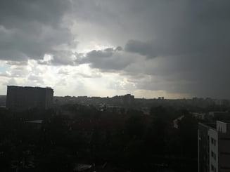 Cod portocaliu in Bucuresti si mai multe judete: Ploi torentiale, descarcari electrice si grindina UPDATE