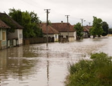 Cod rosu de inundatii, pe doua rauri (Video)