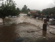 Cod rosu de vreme extrema in Grecia: Suvoaiele de apa au luat casele si masinile pe sus (Galerie video)