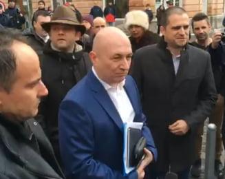 Codrin Stefanescu si Eugen Nicolicea, huiduti la Sibiu: La puscarie (Video)