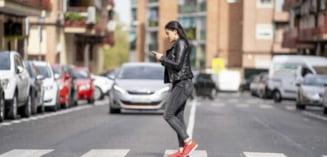 Codul rutier ar putea fi schimbat: Pietonii care vor traversa cu ochii in telefon sau cu castile in urechi, vor fi amendati. Biciclistii vor avea limita de viteza, reglementata la 30 km/h