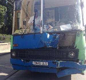 Coliziune intre un autobuz si un tramvai