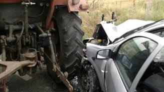 Coliziune intre un tractor si un autoturism, la Slatioara. Tractoristul era baut bine si nu avea permis