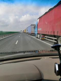 Coloane de camioane la Nadlac II si Varsand. Soferii asteapta si cate 150 de minute pentru a intra in Ungaria