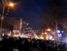 """Confruntari sangeroase in Iran. Studentii striga """"moarte dictatorului"""", scutierii intervin in forta"""