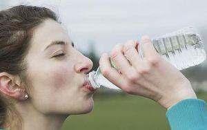 Consumul de apa nu-ti face pielea mai frumoasa