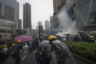 Continua violentele in Hong Kong: Politia a folosit tunuri cu apa si gaze lacrimogene, iar manifestantii... detergent (Foto&video)