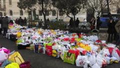 Copacul cu haine din Cismigiu: Mii de bucuresteni au adus ajutoare pentru oamenii strazii (Galerie foto)