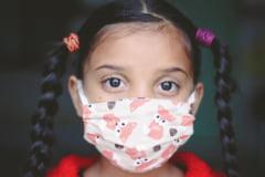Copiii ar putea sa nu mai poarte masca in curtea scolii. In ce conditii se poate renunta la aceasta