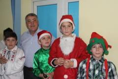 Copiii au talent. Primarul Tache din Adunatii Copaceni le-a oferit copiilor un spectacol de Craciun cu Dinu Maxer si sotia sa Deea