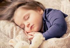 Copiii care merg la culcare la aceeasi ora au un risc mai mic de a deveni obezi