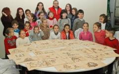"""Copiii cu autism care picteaza tablouri bune de mancat. """"Panza"""" din napolitane si """"vopsea"""" din frisca si ciocolata"""