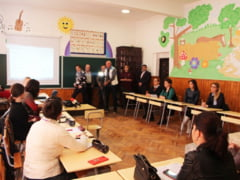 Copiii din comuna Ogrezeni invata limba franceza de la un reprezentant al Universitatii Sorbona