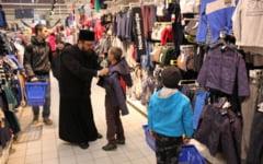 Copiii sinistratilor din satele inundate in toamna in judetul Galati sunt imbracati de preotii ortodocsi