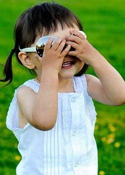 Copiii trebuie sa poarte ochelari de soare de la 3 ani