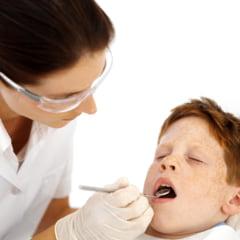 Copil batut de mama la dentist, in timp ce medicul filma (Video)