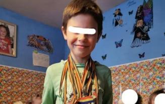 """Copilul de 8 ani care-si ingrijeste cele patru surori. A fost parasit de tata, iar mama munceste in Germania: """"Le iubesc tare mult si incerc sa le fie caldut"""""""