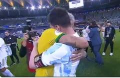 Coplesit de lacrimi, Neymar a fost imbratisat de Messi. Imaginea turneului la Copa America VIDEO