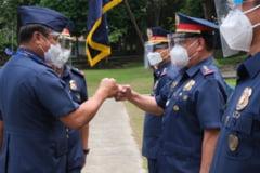 Coronavirus: Politia din Filipine ii ameninta pe cei care nu respecta distantarea sociala cu lovituri de baston
