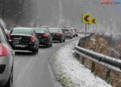 Craciun in coloana pe Valea Prahovei: Se circula cu cel mult 40 km/h si a inceput sa ninga