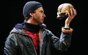Craniul unui pianist plonez folosit ca recuzita pentru Hamlet