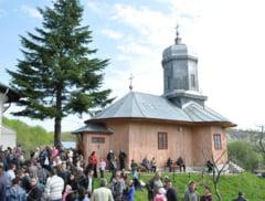 Credinciosii primesc lumina Invierii la manastirile din Vrancea