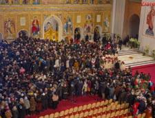 Credinciosilor care, in sfarsit, au reusit sa ajunga la altar li s-a spus sa se inchine cat mai repede