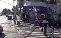 Crima oribila in SUA. Un barbat de culoare a fost impuscat in plina zi, in timp ce traversa o strada cu fetita sa de mana VIDEO