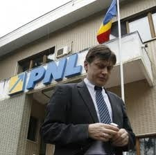 Crin Antonescu trebuia sa isi respecte promisiunea si sa demisioneze - Sondaj