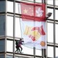 Criza din Hong Kong: Spiderman a escaladat o cladire cu 68 de etaje ca sa transmita un mesaj de pace