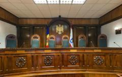 Criza din R. Moldova: Societatea civila cere demisia tuturor judecatorilor CCR, UE isi ofera sprijinul