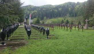 Crucile eroilor romani din cimitirul Valea Uzului au fost acoperite cu saci negri de plastic