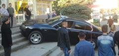 Cu BMW-ul la intrarea in banca. Antrenorului de box Vasile Pantica i s-a facut rau la volan.