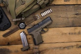 Cu pistolul la mall. O arma letala si un incarcator au fost descoperite intr-o cabina de proba a unui centru comercial din Bucuresti