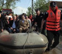 Cu politicienii la inundatii: Strigand la sinistrati, cu barca si pantofi cu toc (Galerie foto)