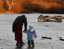 Culmea inconstientei: sa te plimbi cu copilul pe lacul aproape dezghetat