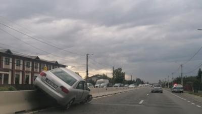 Cum a ajuns o mașină pe parapetul despărțitor de pe DN 1