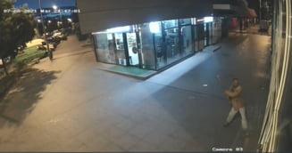 Cum a ajuns un recidivist, condamnat pentru viol, să distrugă o clădire cu o sapă. Totul s-a întâmplat sub privirile înmărmurite ale trecătorilor VIDEO