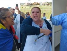 """Cum a atacat Diana Sosoaca alaturi de fanii ei un centru de vaccinare. Medic: """"Sincer, m-am temut pentru viata mea"""" VIDEO"""