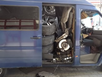 Cum a inghesuit un roman o masina furata intr-o duba (Foto)