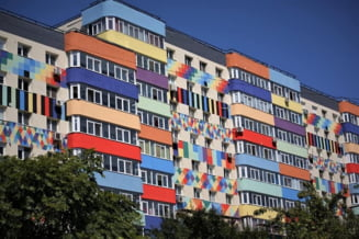 """Cum arată blocurile reabilitate de primărie în Sectorul 4 din București. """"Zici că sunt culorile de pe fusta Gabrielei Firea"""""""