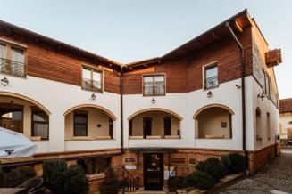 Cum arată hotelul scos la vânzare cu aproape un milion de euro. Clădirea în stil unguresc are peste 120 de ani