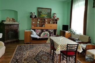 Cum arată o căsuță din Cluj, pusă în vânzare pentru 200.000 de euro. Are două camere și curte comună cu alte trei familii FOTO