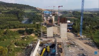 Cum arată viaductul uriaș de la Tălmăcel al Autostrăzii Pitești-Sibiu. Doar picioarele au înălțimea unui bloc cu 10 etaje VIDEO