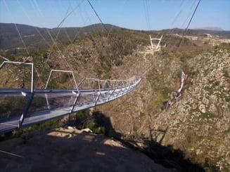 Cum arata cel mai lung pod suspendat din lume. Primii oameni care s-au incumetat sa treaca pasarela deschisa joi in nordul Portugaliei FOTO