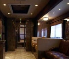 Cum arata locuinta mobila a cuplului Jolie-Pitt: Costa un milion de dolari (Galerie foto)