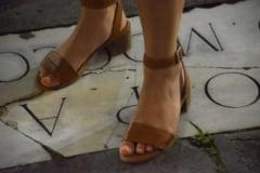 Cum asortezi inspirat sandalele sau sabotii la tinutele de vara